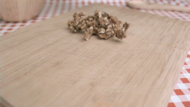 stockvideo's en b-roll-footage met walnut kernels being spread in super slow motion - tafelkleed