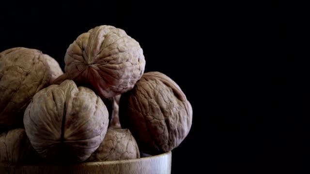 vídeos de stock e filmes b-roll de walnut on turntable - fruto seco