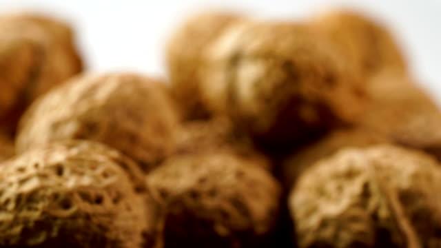 stockvideo's en b-roll-footage met walnut - notendop