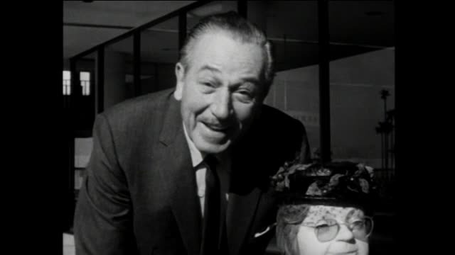 walt disney brings animatronic grandma on flight headed to 1964 new york world's fair for the general electric sponsored carousel of progress exhibit... - 1964 bildbanksvideor och videomaterial från bakom kulisserna