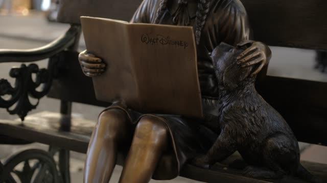 vídeos de stock, filmes e b-roll de walt disney bronze statue in chinatown, san francisco, california, united states of america, north america - história