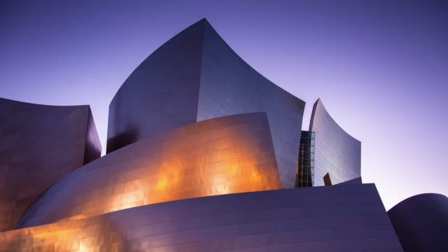 stockvideo's en b-roll-footage met walt disney concert hall at night - famous place