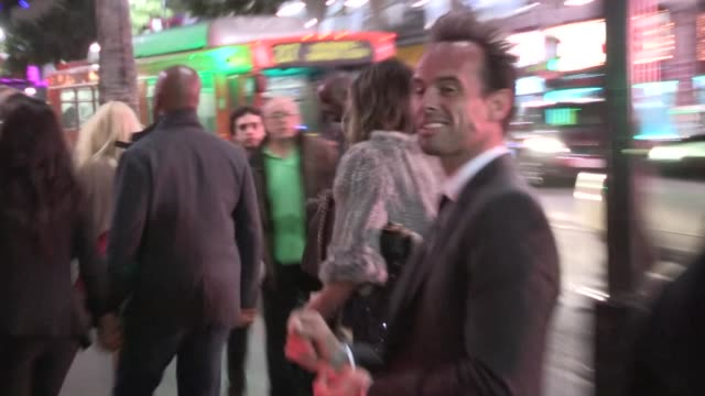 walton goggins arrives at the lincoln after party in hollywood 11/08/12 - 映画 リンカーン点の映像素材/bロール