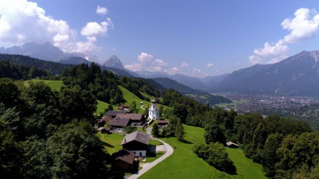 wamberg village and garmisch-partenkirchen in the wetterstein mountains - baviera video stock e b–roll