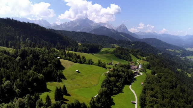 ウェッターシュタイン山脈のウォンベルク村とガルミッシュ・パルテンキルヒェン - バイエルン州点の映像素材/bロール