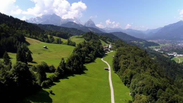 vídeos de stock, filmes e b-roll de vila de wamberg e garmisch-partenkirchen nas montanhas de wetterstein - wamberg bavaria