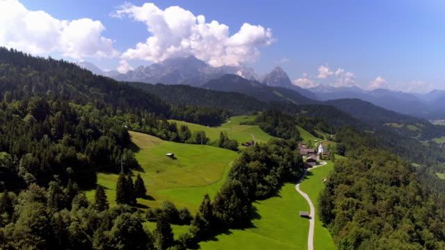 vídeos de stock, filmes e b-roll de vila de wamberg nas montanhas de wetterstein - wamberg bavaria