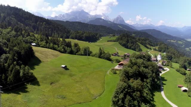 vídeos de stock, filmes e b-roll de vila wamberg nas montanhas wetterstein - montanha zugspitze