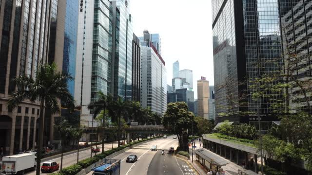 vídeos de stock, filmes e b-roll de wan chai gloucester road revenue tower building background slow traffic - wan chai