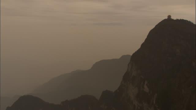 vídeos y material grabado en eventos de stock de wan fo ding pagoda perched on top of mount emei, china - pagoda templo