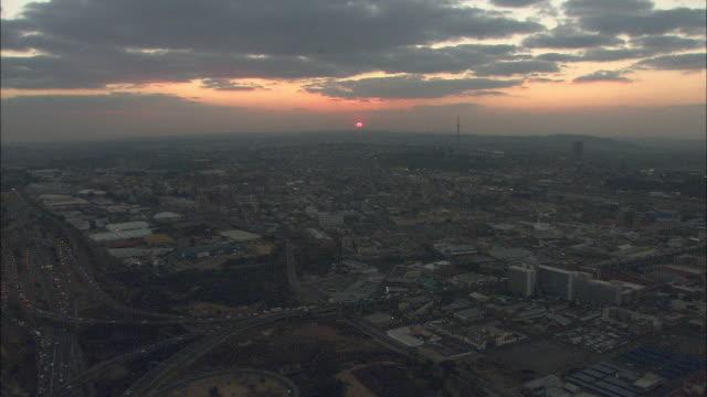 a waning sun casts mellow light over johannesburg. - ハウテング州点の映像素材/bロール