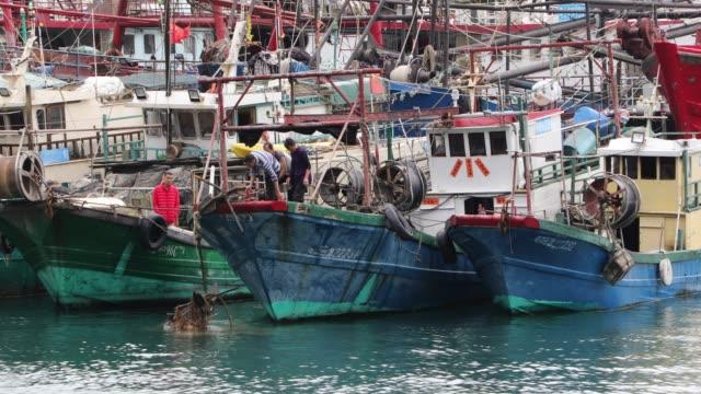 vidéos et rushes de wanshan island in lingding ocean, zhuhai, guangdong, china - bateau de pêche