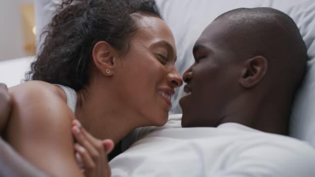 vidéos et rushes de je veux me réveiller tous les matins avec toi - couple lit amour