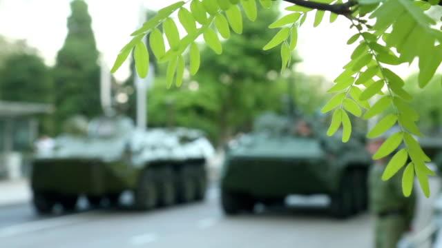 vídeos y material grabado en eventos de stock de la guerra y de la paz - vehículo acorazado