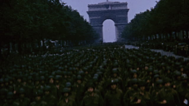 war correspondent using eyemo camera, arc de triomphe, u.s. army color guard in champs-elysees, crowd celebrating liberation / paris, france - triumphbogen paris stock-videos und b-roll-filmmaterial