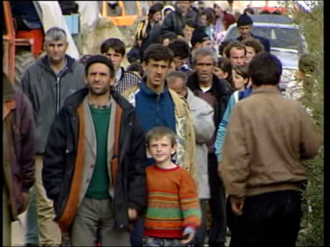 stockvideo's en b-roll-footage met milosevic; lib yugoslavia: serbia: kosovo: ext feet of ethnic albanian refugees along track albanian refugees along refugees at night refugees helped... - war and conflict