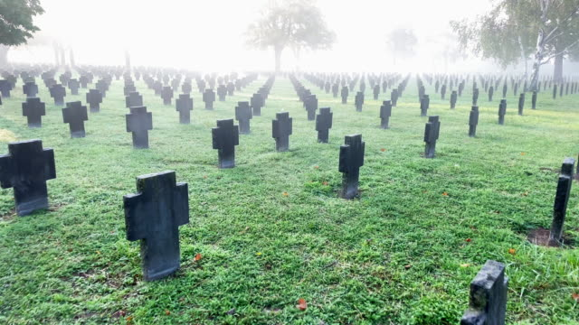 tombe di guerra nella nebbia - world war ii video stock e b–roll