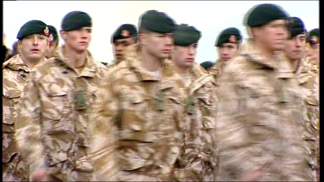 vidéos et rushes de rifles battalion homecoming ceremony at base in northern ireland; 2 rifles and union jack flags with rainbow in sky above / union jack flying in the... - infanterie