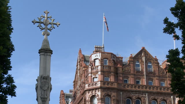 stockvideo's en b-roll-footage met zo, ms, war memorial and midland hotel, saint peters square, manchester, england - sint pietersplein