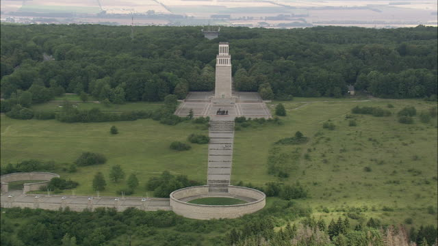aerial war memorial, buchenwald, germany - campo di concentramento di buchenwald video stock e b–roll