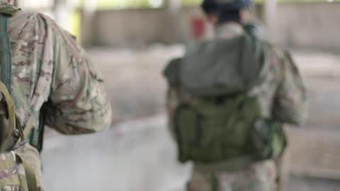 krigspress rapporterar bakom soldaterna i krigszonen - kamouflage bildbanksvideor och videomaterial från bakom kulisserna