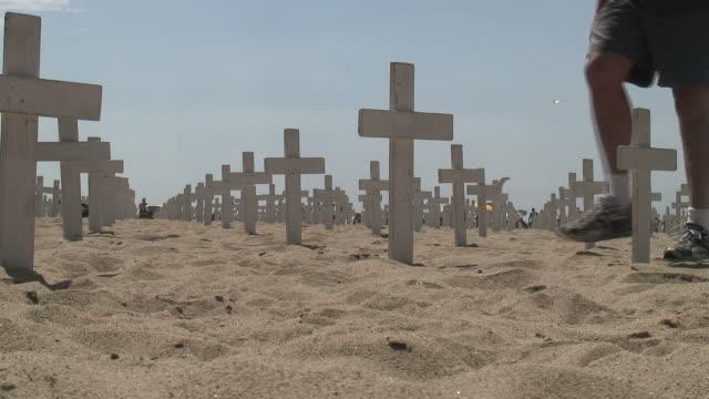 (hd1080i) war demonstration/militär-anerkennung: gehen sie nach links auf den sand - war stock-videos und b-roll-filmmaterial