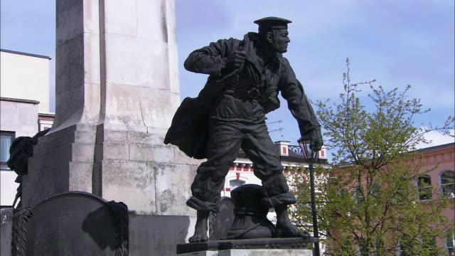 war statue in derry, londonderry, northern ireland - northern ireland stock videos & royalty-free footage