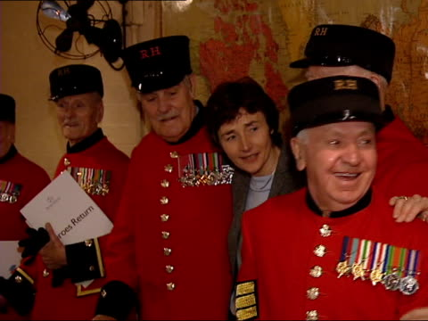 war veterans get lottery handout to fund battlefield visits; itv evening news: u'lay england: london: int group of chelsea pensioners posing with... - itv evening news stock-videos und b-roll-filmmaterial
