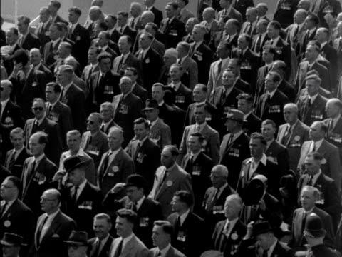 vídeos y material grabado en eventos de stock de war veterans march past the queen and prince philip during a ceremony in hyde park 1953 - plataforma de construcción