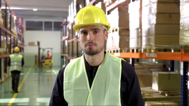 Warehouse Mitarbeiter haben eine Video-Konferenz
