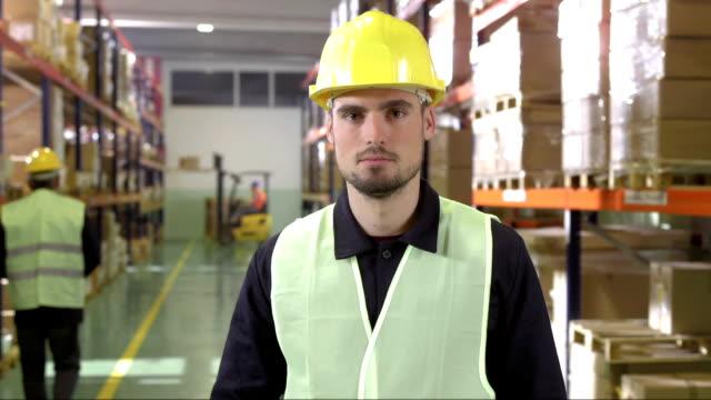 vídeos de stock e filmes b-roll de armazém funcionário concordar com a câmara - employee