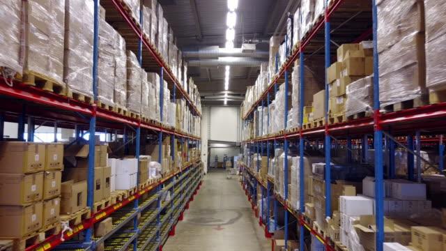 vídeos de stock, filmes e b-roll de ilhas e racks de armazém - vaga no centro logístico - mobília