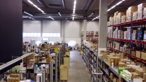 stockvideo's en b-roll-footage met magazijneilanden en rekken - leegstand in logistiek centrum - shopping centre