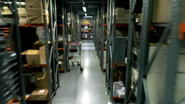 vídeos de stock, filmes e b-roll de centro de logística de armazém. vista aérea - equipamento doméstico