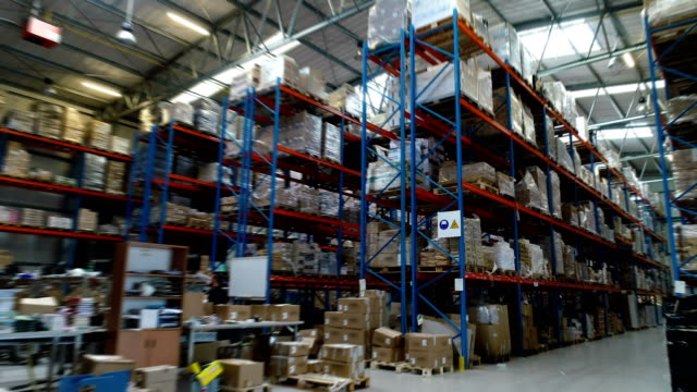 vidéos et rushes de centre logistique d'entrepôt. vue aérienne - étagère