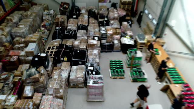 倉庫物流センター。パッケージを準備しています。航空写真ビュー - 積み重なる点の映像素材/bロール