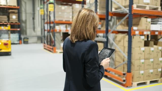 vídeos de stock, filmes e b-roll de dono do armazém passando pela lista de verificação em um tablet digital. - catalogação