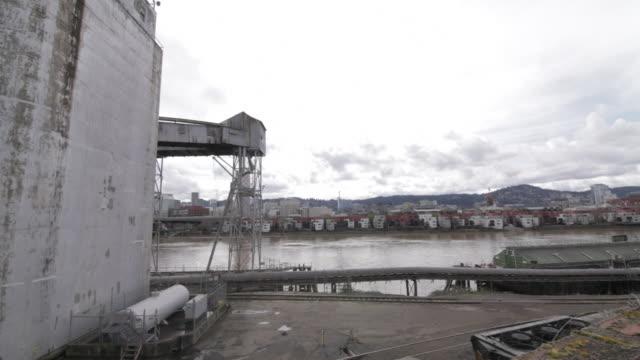 vídeos de stock e filmes b-roll de warehouse, pan across, city in background - rio willamete