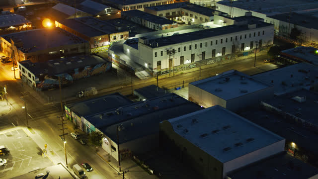 warehouse rooftops in dtla arts district at night - drone shot - los angeles county stock-videos und b-roll-filmmaterial