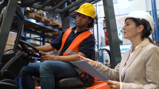 lagerleiter im gespräch mit gabelstaplerfahrer - dockarbeiter stock-videos und b-roll-filmmaterial