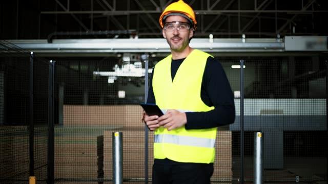 vídeos de stock e filmes b-roll de warehouse - employee
