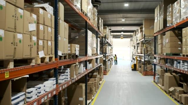 vídeos de stock e filmes b-roll de warehouse - pequeno