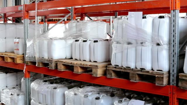 lager mit fertigprodukten in der fabrik. - halle gebäude stock-videos und b-roll-filmmaterial