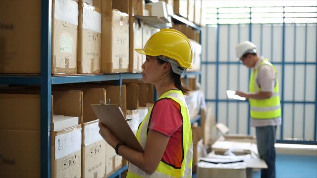 倉庫労働者のチェック製品在庫 - 倉庫作業員点の映像素材/bロール