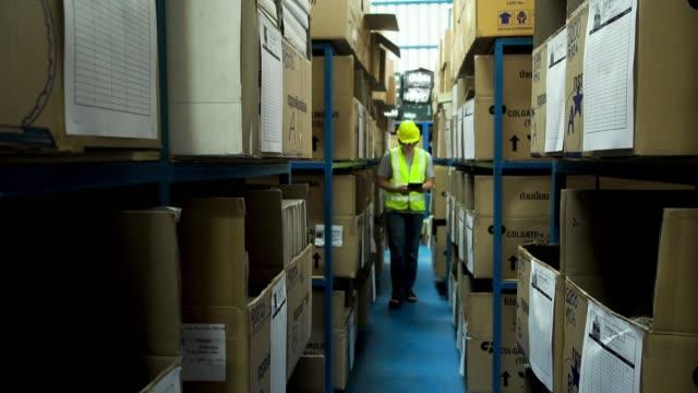倉庫作業者による在庫品目の確認 - 倉庫作業員点の映像素材/bロール