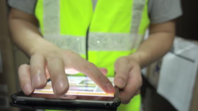 倉庫労働者の在庫製品の確認 - 倉庫作業員点の映像素材/bロール