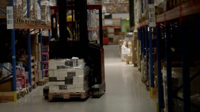 lagerarbeiter auf einem gabelstapler fahren - hubwagen stock-videos und b-roll-filmmaterial