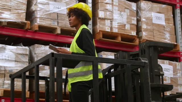 デジタル タブレットを使用してフォーク リフトで倉庫作業員 - 倉庫作業員点の映像素材/bロール