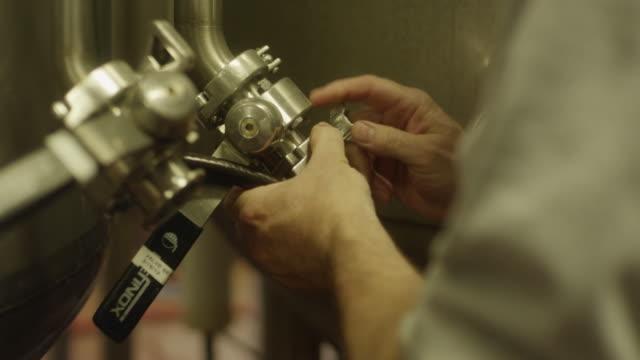 warehouse worker pulling lever - 倉庫作業員点の映像素材/bロール