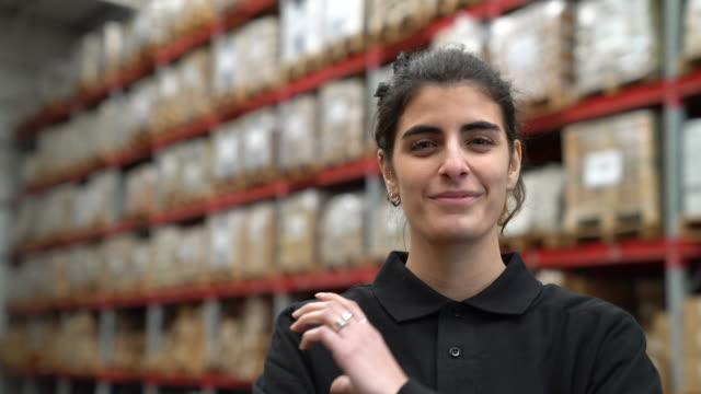 lagerarbeiter gegen lagerregale - distribution warehouse stock-videos und b-roll-filmmaterial
